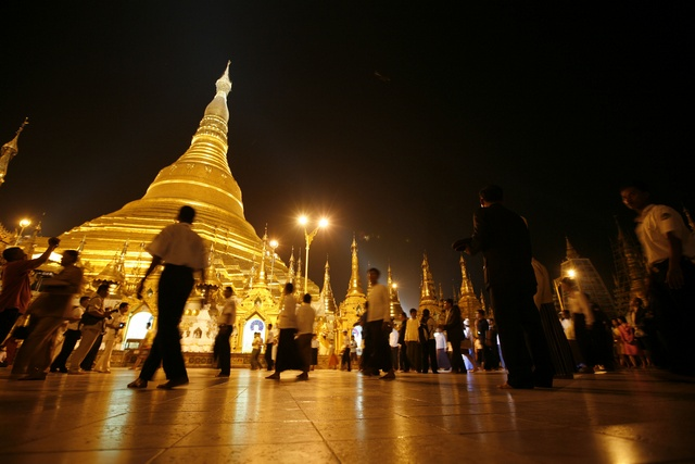 People encircle the grounds of the newly-renovated Shwedagon Pagoda in Yangon