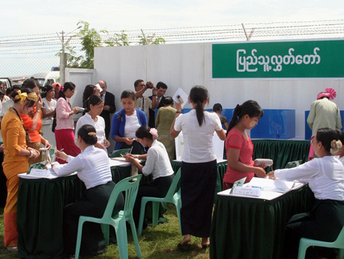 Diplomats and reporters attend a demonstration of the polling process at the Union Election Commission office in Naypyitaw in 2010. (Reuters)