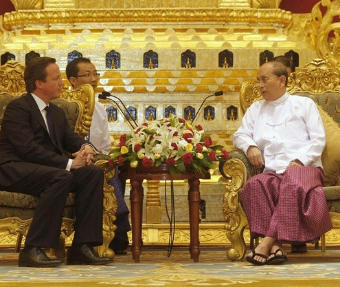 British Prime Minister Cameron listens to Myanmar&#039;s President Thein Sein during their meeting at the President&#039;s Office in Naypyitaw