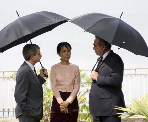 Nobel Laureate Aung San Suu Kyi meets United States Assistant Secretary of State Kurt Campbell and United States embassy charge d'affaires Larry Dinger in Yangon