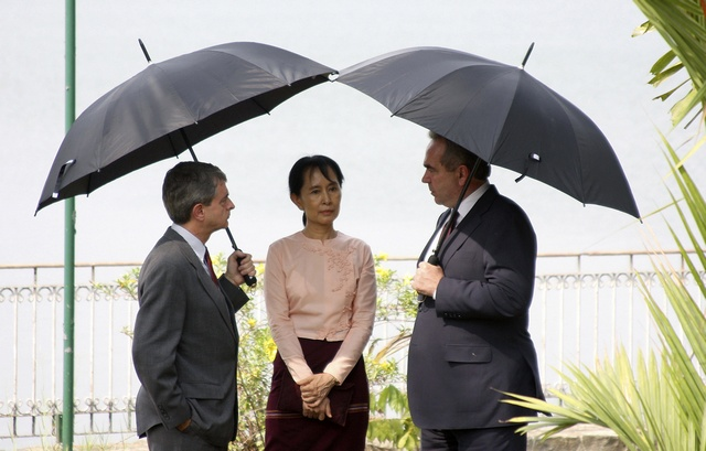 Aung San Suu Kyi meets US Assistant Secretary of State Kurt Campbell (R) and US embassy charge d'affaires Larry Dinger in Rangon on 10 May 2010. (PHOTO: Reuters)