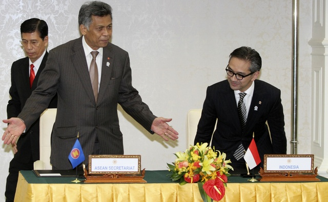 ASEAN Secretary-General Pitsuwan and Indonesia's Foreign Minister Natalegawa attend a signing ceremony in Phnom Penh (Reuters)
