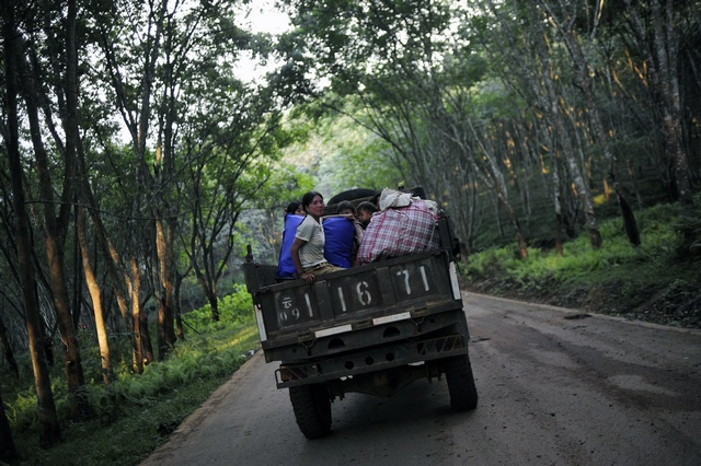 Refugees from Myanmar's Wa State ride on a vehicle to the China-Myanmar border gate as hostilities began to increase in September 2009. (Reuters)