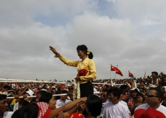 Aung San Suu Kyi gestures at her supporters to sit down during an entertainment show at a ceremony to mark Burma's New Year's Day in her constituency of Kawhmu township on 17 April, 2012. (Photo: Reuters)