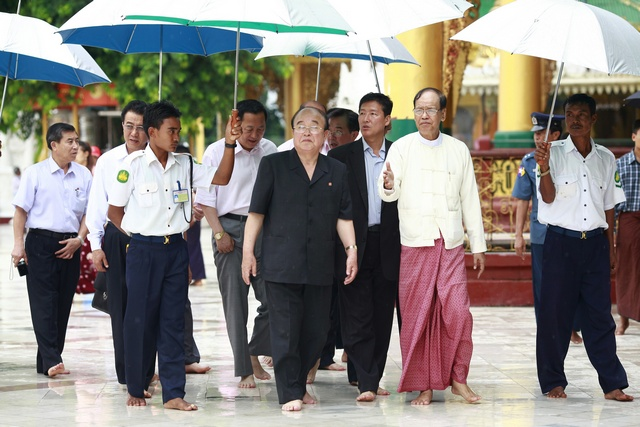 North Korea's Foreign Minister Pak Ui-chun (C) visits the Shwedagon Pagoda in Rangoon on 29 July 2010. (Reuters)