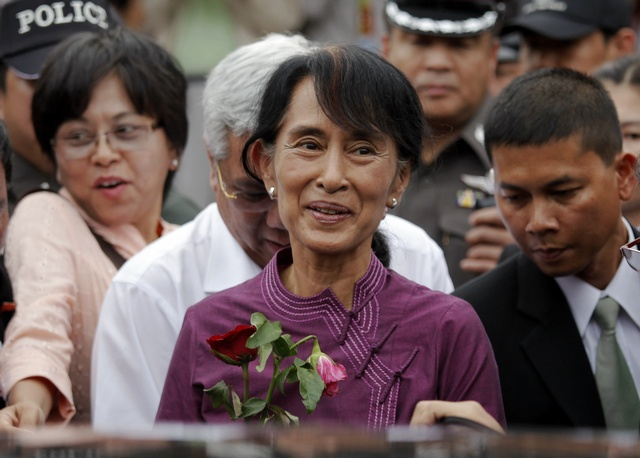 Suu Kyi visits the Nationality Verification Centre for migrant workers from Burma in Samut Sakhon province (Reuters)