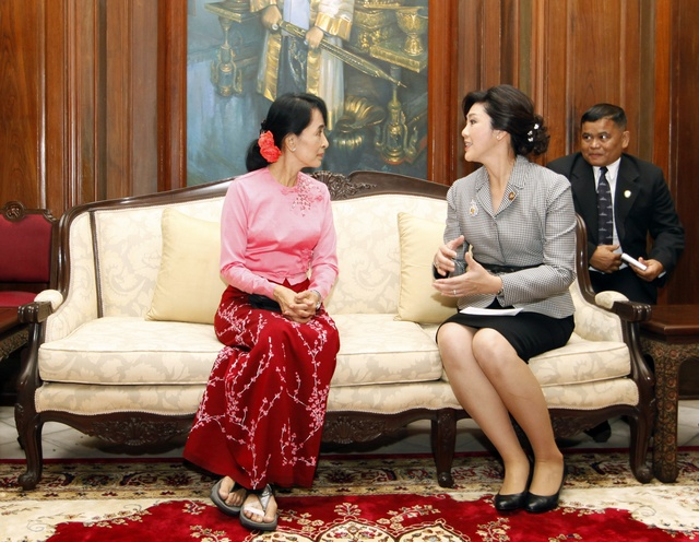 Aung San Suu Kyi (L) meets Thailand's former Prime Minister Yingluck Shinawatra at the Thai ambassador's residence in Rangoon on 20 December 2011. (PHOTO: Reuters)