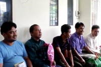 Prisoners wait outside of Insein Prison in Rangoon after being pardoned on 3 July 2012. (DVB)
