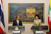 President Thein Sein (L) speaks with Thai Prime Minister Yingluck Shinawatra during a news conference at Government House in Bangkok on 23 July 2012. (Reuters)