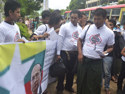 People voice their support for Thein Sein's plan to hand over the Rohingya minority to the UNHCR and later resettle the group to a third country during a rally in Rangoon on 3 August 2012. (DVB)