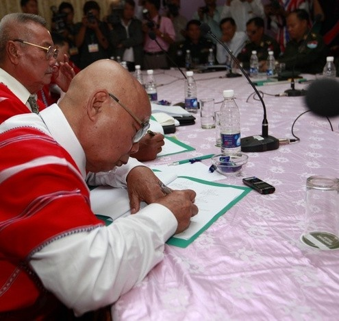 General Mutu Say Poe from the Karen National Union signing a previous ceasefire agreement with the government in January 2012 (Reuters)