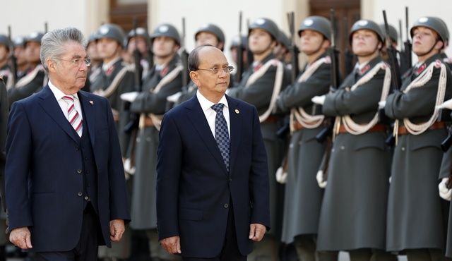 Austria's President Heinz Fischer (L) and Burma's President Thein Sein review the honour guard in Vienna on 4 March 2013. (Reuters)