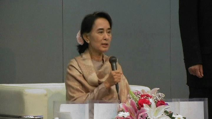 Aung San Suu Kyi addresses a crowd of Burmese migrants in Tokyo, Japan, 15 April 2013 (Reuters)