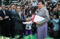 Kachin Independence Organisation's leading peace negotiator Sumlut Gam (L) shakes hands with President's Office Minister Aung Min (R) after signing a seven-point agreement in the Kachin state capital of Myitkyina on Thursday. (photo posted by Min Zaw Oo)