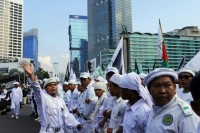 People from Indonesian Muslim hardline groups gather during a protest near the Burmese embassy in Jakarta, 3 May 2013. (Reuters)