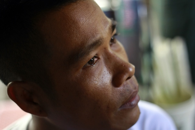 Political prisoner Min Zaw talks to reporters after his release in front of Insein prison in Rangoon on 23 April 2013. (Reuters)