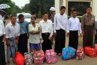 Prisoners leave Insein Prison in Rangoon after receiving a pardon on 17 May 2013. (DVB)