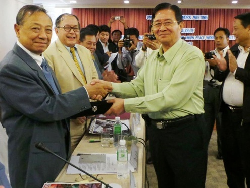 President's Office Minister Aung Min and Kachin Independence Organisation's General Secretary Dr La Ja shake hands during a press conference in Chiang Mai, Thailand on 20 February 2013. (Photo provided by Ye Htut)