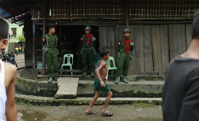 Soldiers stand guard at Aung Mingalar quarter in Sittwe on 13 August 2013. (Reuters)