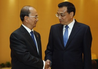 Chinese Premier Li Keqiang shakes hands with Burma's former  president Thein Sein ahead of the 10th China-ASEAN Expo in Nanning, September 2013. (PHOTO: Reuters)