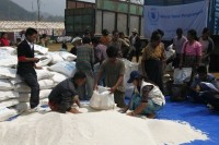 UN staff distribute food to displaced families at the Seng Mai Pa camp near Majayang on 28 March 2012. (WPN)