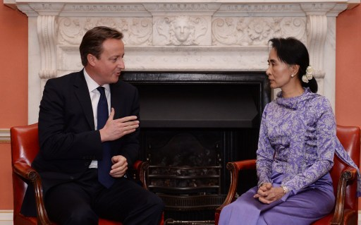 British Prime Minister David Cameron talks with Burmese opposition leader Aung San Suu Kyi  in London on 23 October 2013 (AFP).