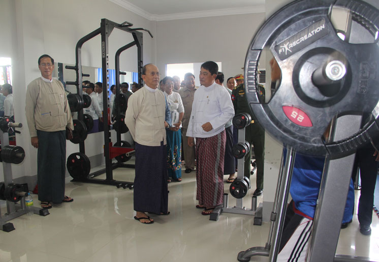 President Thein Sein inspects the gym at Wunna Theikdi stadium (PHOTO: SEA Games official website)
