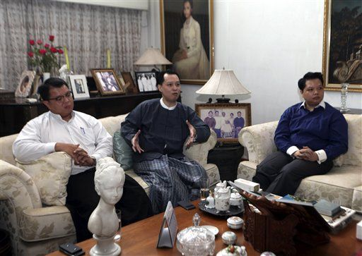 Kyaw Ne Win, center, talks to media along with his two younger brothers, Aye Ne Win, right, and Zwe Ne Win, left, at their residence in Rangoon after Kyaw and Aye were released from Insein prison under a presidential amnesty on Friday, 15 November 2013. (AP PHOTO)