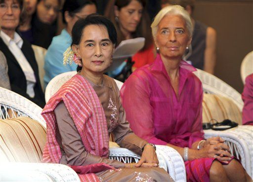IMF chief Christine Lagarde (right) sits beside Burmese opposition leader Aung San Suu Kyi at a women's forum in Rangoon on Saturday, 7 December 2013. (AP Photo/Khin Maung Win)