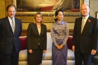 British Foreign Minister Hugo Swire with Justine Greening, Aung San Suu Kyi and William Hague at the Foreign office, central London, in October 2013. (PHOTO: Reuters)