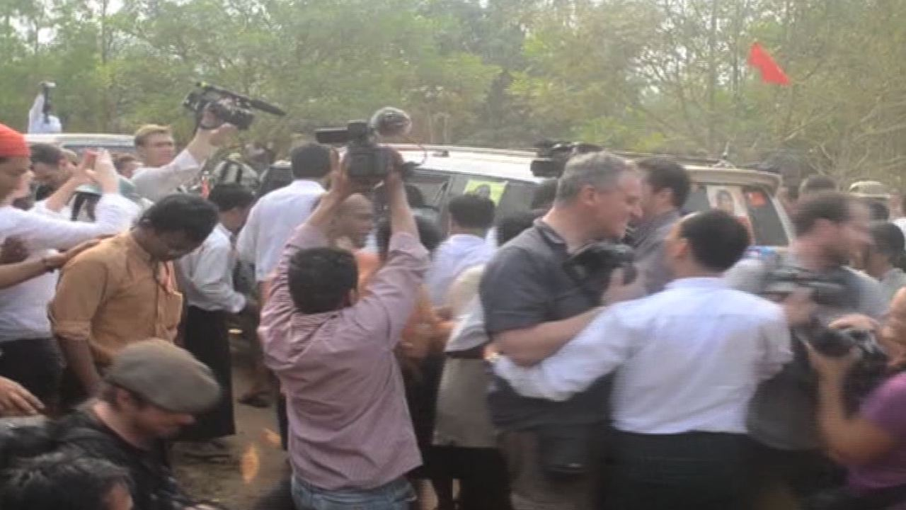 Local and foreign journalists scramble for a shot. (PHOTO: DVB TV)