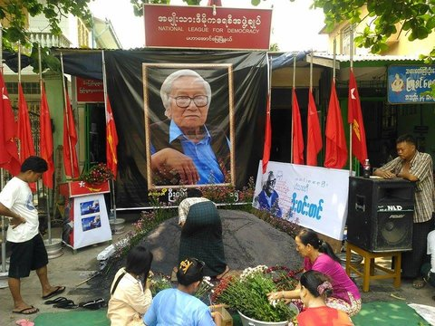 Preparations for U Win Tin's burial at Yay Way Cemetery in northern Rangoon on 23 April 2014. (PHOTO: DVB)