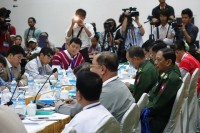 NCCT delegates negotiate with Burmese government representatives at peace talks in Rangoon on Friday, 23 May 2014 (PHOTO: DVB)