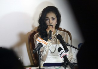 Dethroned beauty queen Mae Myat Noe hits back at Miss Asia Pacific World organisers at a press conference in Rangoon on 2 September 2014. (PHOTO: DVB)