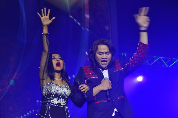 "Burmese pop icons Phyu Phyu Kyaw Thein and L Lun Wah perform at the ""MasterPeace"" concert in Netherlands, held on Sunday to commemorate International Peace Day. (PHOTO: Ole Chavannes)"