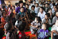 Ms. Abe with students at a school in Burma which she helped raise money to build (PHOTO: JAPANESE FOREIGN MINISTRY)