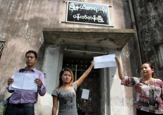 Family members and supporters of the Bi-Mon Te Nay Five rallied outside Rangoon's Pabedan Township Court on Thursday, 16 October 2014. (PHOTO: DVB)
