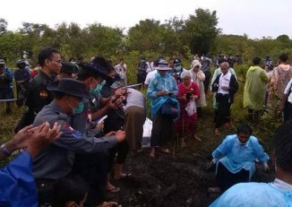 Par Gyi's body is exhumed in Mon State on 5 November 2014. (PHOTO: DVB)