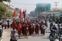 Buddhist monks led a rally through the streets of Mandalay on 27 December 2014 to denounce the killing of villager Ma Khin Win at the site of the Latpadaung copper mine. (PHOTO: DVB)