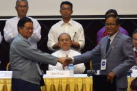 Burma's President Thein Sein watches as UPWC leader Aung Min and leader of the ethnic bloc Nai Hongsa shake hands on 31 March 2015. (Photo: DVB)