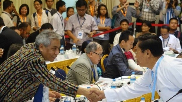 Burmese Minister for Livestock, Fisheries and Rural Development Ohn Myint (right) shakes hands with ethnic Chin delegate Salai Lian Hmung Sakhong at the end of talks on 30 March 2015. (PHOTO: DVB)