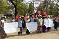 Latpaduang villagers hold placards outside Salingyi Township court on Thursday, where it was ruled that Khin Win was killed by a gunshot (Photo: DVB)