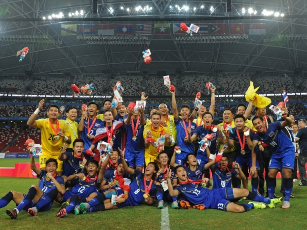 28th SEA Games Singapore 2015 - National Stadium - Singapore - 15/6/15  Football - Men's Gold Medal Match - Myanmar v Thailand - The Thailand team celebrates winning the gold medalSEAGAMES28Mandatory Credit: Singapore SEA Games Organising Committee / Action Images via Reuters