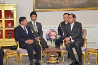 Burma's Snr-Gen Min Aung Hlaing (left) and Thai Prime Minister Prayut Chan-o-cha meet in Bangkok on 27 August 2015. (Photo: Min Aung Hlaing Facebook.)