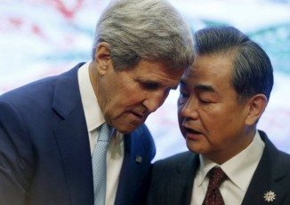 US Secretary of State John Kerry (left) talks with China's Foreign Minister Wang Yi at the 5th East Asia Summit in Kuala Lumpur, Malaysia, on 6 August 2015. (Photo: Reuters)