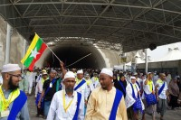 Muslim pilgrims fly a Burmese flag. (PHOTO:  Yangon Makkah Travel & Tours)