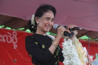 """""""I can make one promise here – that when we get to form a government, we will make sure that it is a government free from corruption,"""" Suu Kyi tells a crowd in Mandalay on 19 September 2015. (PHOTO: NLD Chairperson FB)"""