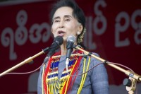 Suu Kyi addressing supporters in Sagaing Division, 27 September 2015. (PHOTO: DVB)