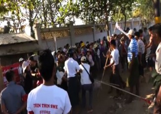 Striking workers tussle with plain-clothed thugs in Shwepyithar, Rangoon on 4 March 2015 (PHOTO:DVB)