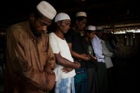 Rohingya Muslims pray in Baw Du Pa IDP camp (PHOTO: CARLOS SARDIÑA GALACHE)